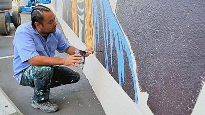 """""""Cuando nos vamos, el mural es de la gente"""": un artista que plasma sus raíces mexicanas en las paredes de San José"""