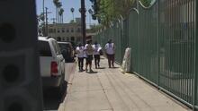 Mujeres hispanas están recorriendo el sur de Los Ángeles para concientizar sobre la importancia de vacunarse