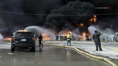 En fotos: Arde centro de reciclaje de cartón y plástico en Ontario, California