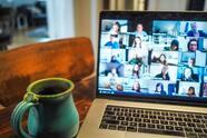 La interacción física entre colegas dentro de una oficina ofrece ventajas que el teletrabajo difícilmente puede reemplazar. Pero a la vez los trabajadores han aprendido a valorar la flexibilidad y a veces hasta son más productivos desde casa. <br>