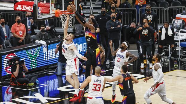 Suns vencen a Clippers con cardíaca canasta de Ayton al final