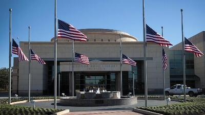 Decenas de personas acuden a la biblioteca George H. W. Bush para homenajear al fallecido exmandatario