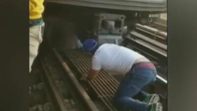 """""""Mi hija volvió a nacer"""": esta fue la reacción de la madre con el hombre que rescató a su hija de las vías del tren"""