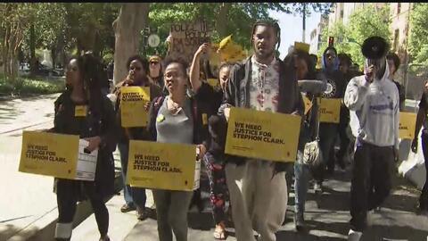 Manifestantes entregan miles de firmas exigiendo justicia por la muerte de Stephon Clark