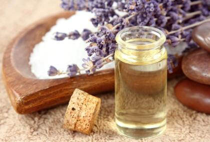 En la antigüedad ya la usaban muchísimo. Los romanos la usaban en rituales y como ofrendas para sus dioses, pues sabían de sus propiedades curativas. Por su parte, los griegos hacían ya aceite de lavanda para usarlo como perfume.