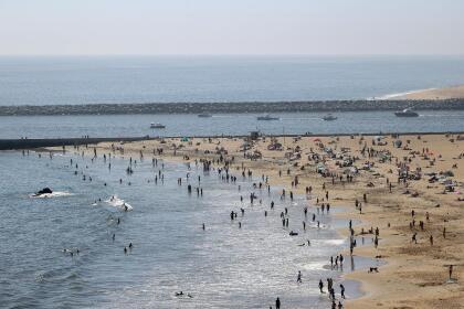 Esta imagen, muestra a los visitantes de la playa Corona del Mar State Beach, en la ciudad de New Port Beach, también en el condado de Orange.