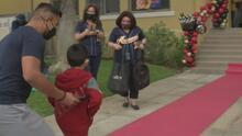 Cientos de niños regresan a las aulas de clases en Los Ángeles en medio de estrictos protocolos de salud