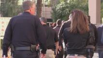 Acusan a un policía de Phoenix de amenazar a la alcaldesa Kate Gallego