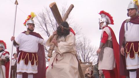 Católicos recuerdan la pasión y muerte de Jesucristo en un Viacrucis celebrado desde hace más de cuatro décadas en Chicago