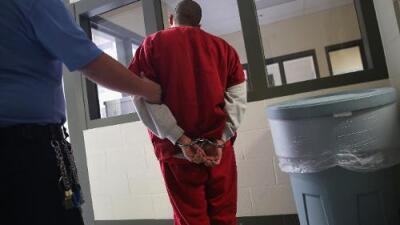 Ciudadano estadounidense estuvo detenido en Louisiana por su nombre latino y el color de su piel, dice una demanda