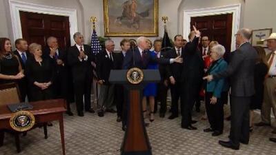 El momento en que Trump casi se olvida de firmar la orden ejecutiva que debilita Obamacare