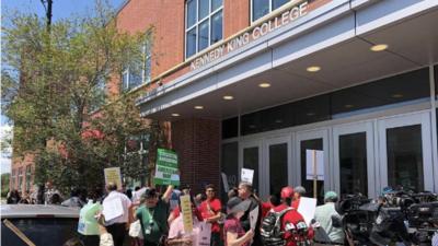 Protestan contra posibles recortes a clases de inglés como segunda lengua en universidades de Chicago