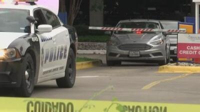 Balacera en el hospital Baylor de Dallas luego de que un sospechoso golpeara a dos oficiales con su auto y huyera