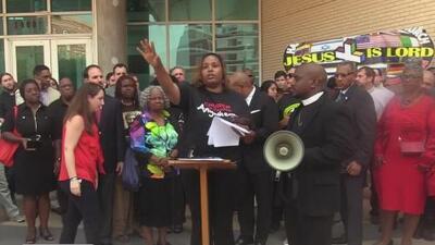 Frente a la policía, pastores de la Iglesia Metodista Unida piden justicia por la muerte de Botham Jean