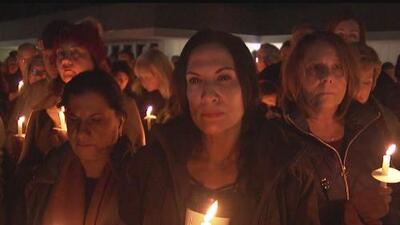 Realizan una vigilia en memoria de las víctimas del desplome de una avioneta en el sur de California