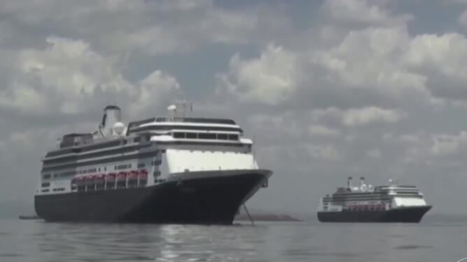 """Aún se debate el destino de dos cruceros con casos de coronavirus, familiares dicen: """"no hay tiempo"""""""