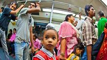 Por qué no debemos cederle el asiento en el metro a los niños