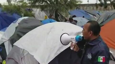 Con megáfonos, autoridades mexicanas instan a migrantes de la caravana a dejar las calles y dirigirse a los albergues