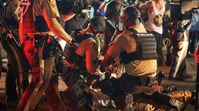 Ferguson vive su cuarta noche de protestas con más de 20 detenidos