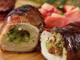 Pechuga de pollo rellena de guacamole y ¡envuelta en tocino!