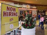 Pedidos de subsidios por desempleo bajan a 473,000, el nuevo nivel más bajo en pandemia