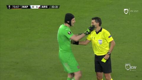 Tarjeta amarilla. El árbitro amonesta a Petr Cech de Arsenal