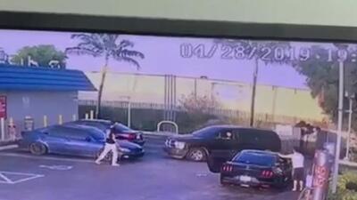 Revelan imágenes del presunto ataque de dos hermanos gemelos contra un hombre en una gasolinera de Hialeah