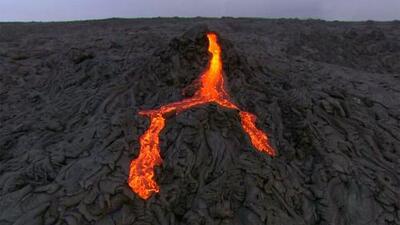 Imágenes aéreas muestran ríos de lava que fluyen del volcán más activo del mundo