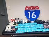 """Encuentran 95 paquetes de galletas y """"jarabe"""" con droga durante parada de tráfico"""