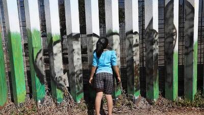 """""""Huí a EEUU porque querían casarme con un anciano"""": el drama de una niña que cruzó sola la frontera"""