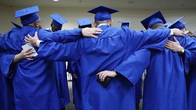 Hombre se gradúa de 'high school' a los 91 años