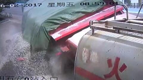 Un conductor se salva de milagro después de que este camión lo aplastara por completo