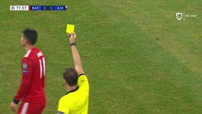 Tarjeta amarilla. El árbitro amonesta a James Rodríguez de FC Bayern München
