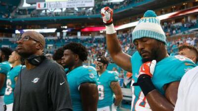 Con puños o de rodillas, los jugadores de la NFL desafían a Trump y él pide que los suspendan sin salario