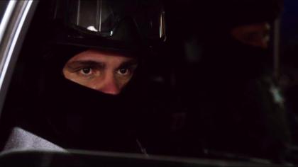 En la serie, se recreó la versión que asegura el capo salió con ropa de policía, pues estaba coludido con las autoridades penitenciarias.