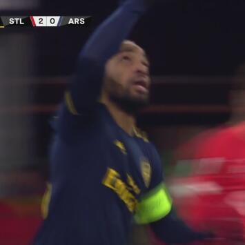 ¡El Arsenal por fin reacciona! Cabezazo letal de Lacazette para recortar 2-1 ante el Standard