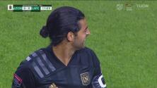 Carlitos Vela siente la hostilidad de la afición del León, que no para de abuchearle