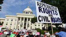Juez federal bloquea la estricta prohibición del aborto aprobada en Alabama