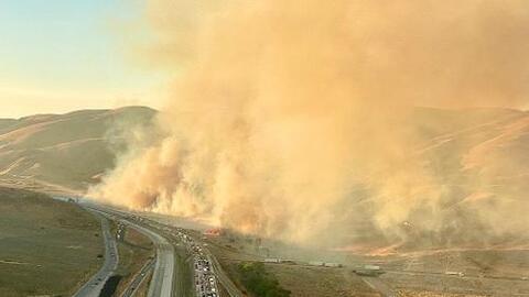 Incendio de maleza causa el cierre de la autopista 5 cerca de Grapevine