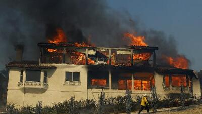 Incendio en el condado de Ventura arrasa con 90,000 acres y amenaza miles de viviendas