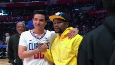Luis Coronel presume su encuentro con Floyd Mayweather durante un juego de baloncesto