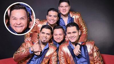En plena entrevista, Los Recoditos le hace novatada a su ya no tan nuevo integrante