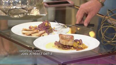 Chuleton de cerdo salteado sobre berenjenas, maíz y cebolla