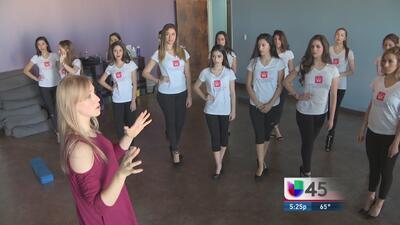 Varias chicas se preparan para Miss Houston Texas Latina