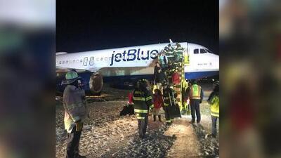 Un avión de JetBlue se sale de la pista por la nieve tras aterrizar en el aeropuerto de Boston