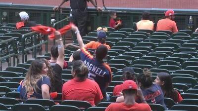 Fanáticos de los Astros celebran la victoria de su equipo en el tercer juego contra los Yankees