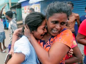 Entre el sufrimiento y el miedo a nuevos atentados: comienzan los funerales a las víctimas de los ataques en Sri Lanka (fotos)