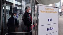 """""""Es lo máximo"""": taxistas y trabajadores de restaurantes agradecen ser elegibles para la vacuna contra el coronavirus"""