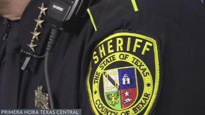 Arrestan a exoficial del condado Bexar por pedir favores sexuales a una mujer