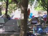 Kenney abandona el plan para desmantelar los campamentos de personas sin hogar, por ahora